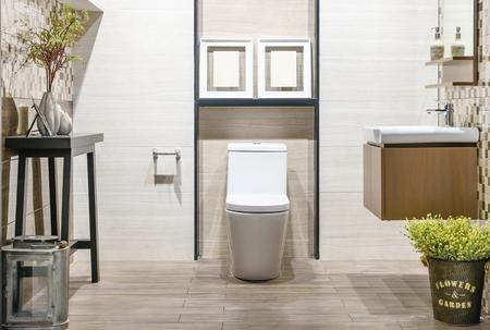 Chiuda in su dell'interno del bagno wc con sedile in ceramica bianca