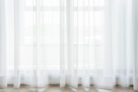 Schöne Vorhänge mit Ring-Top-Schiene, Vorhang-Innendekoration im Wohnzimmer Standard-Bild