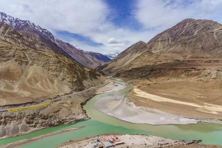 Zusammenfluss der Flüsse Indus und Zanskar sind zwei verschiedene Wasserfarben zwischen Kargil und Leh, Indien