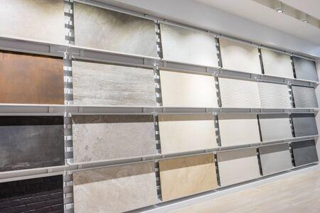 Kleurrijke monsters van een keramische tegel in de winkel. Marmeren en granieten vloeren zijn de meest populaire keuze voor moderne keukens en badkamers.