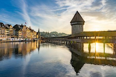 Panoramablick auf das Stadtzentrum von Luzern mit der berühmten Kapellenbrücke und dem Vierwaldstatersee, Kanton Luzern, Schweiz Editorial
