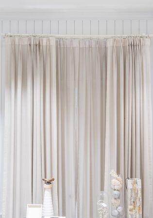 Hermosas cortinas con riel superior, decoración de interiores de cortina en sala de estar Foto de archivo