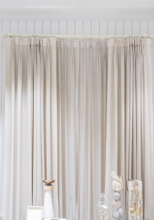 Mooie gordijnen met ring-top rail, Gordijn interieurdecoratie in woonkamer Stockfoto