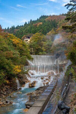Waterfall at Tsuchiyu Onsen in beautiful autumn (fallen leaves) at tohoku, Fukushima, Japan Archivio Fotografico - 133871324