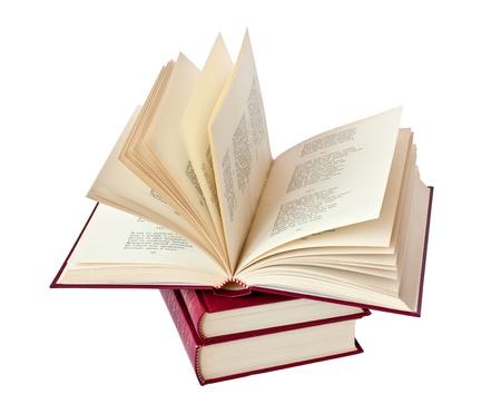 開いている 1 冊の本とゴールド レタリングと赤い革製のカバーで書籍のスタック 写真素材