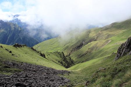 Hang den Berg hinunter Standard-Bild - 76216430