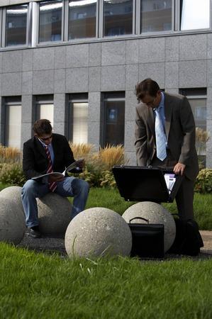 businesspartners: Dos hombres de negocios enyoing romper existe fuera de la oficina
