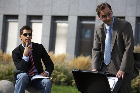 businesspartners: Dos hombres de negocios est�n buscando algo en la distancia