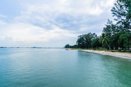 曇りと美しい青空の下でシンガポールの東海岸公園からの海の眺め
