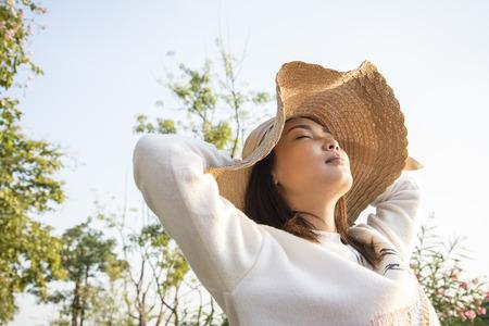 jovenes felices: Chica asiática sentirse feliz en la puesta del sol