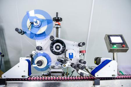 Voir sur la machine d'étiquetage moderne à l'atelier de l'usine Banque d'images