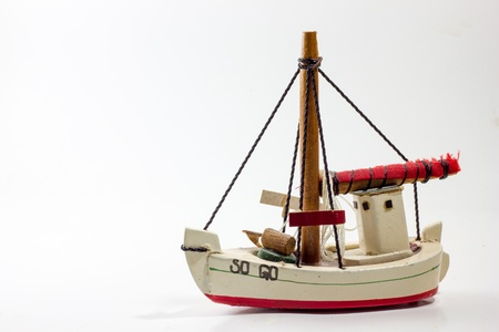 juguetes de madera: Antiguo juguete de madera barco blanco ce�idor rojo