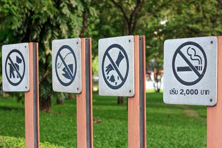 przypominać: przypomnij symbol zabronione w parku Zdjęcie Seryjne