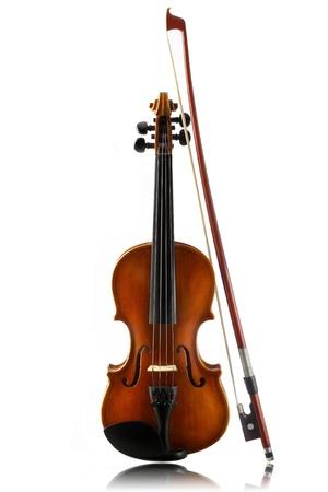 violines: el violín y el arco pequeño aislado sobre fondo blanco Foto de archivo