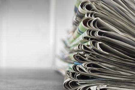 informait: Pile de journaux avec l'espace Banque d'images