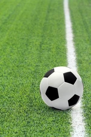 field  soccer: Bal�n de f�tbol en el campo