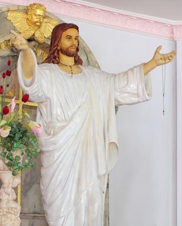 jesus on cross: Jesús de pie la estatua extendió sus brazos