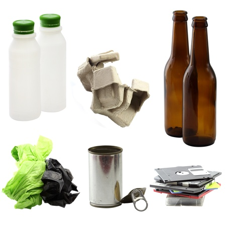 desechos organicos: La basura puede ser reciclado en el fondo blanco