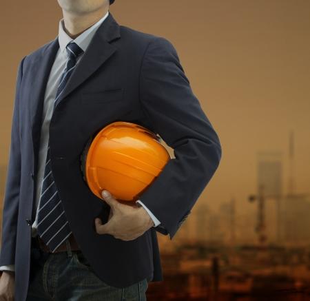 Freigestellte Sicht des Ingenieurs mit einem Helm in den Abend