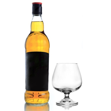 whiskey bottle: Whisky botella y vaso de whisky en el fondo blanco Foto de archivo