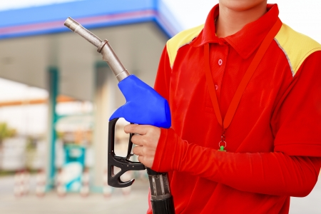 tanque de combustible: Servicio trabajador estaci�n en estaci�n de servicio Foto de archivo