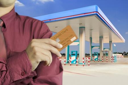 station service: Cropped vue de la main d'affaires de carte de cr�dit en tenant station d'essence Banque d'images