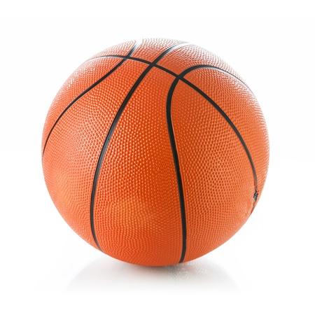 košík: Basketbalový míč na bílém pozadí Reklamní fotografie