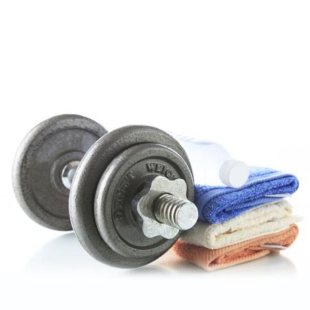 pesas: Pesa de gimnasia con agua y una toalla