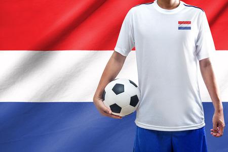 drapeau hollande: joueur de football avec le drapeau hollandais