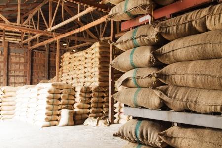 Impilare sacchi di canapa di riso nel magazzino Archivio Fotografico - 22849516