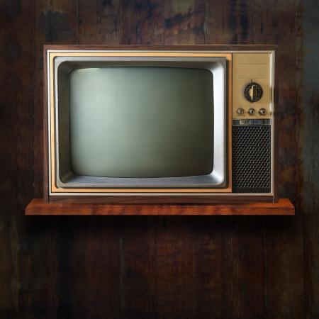 wood shelf: Tv vintage en el estante de madera