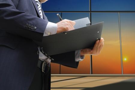 legal document: Empresario firma el documento en la oficina