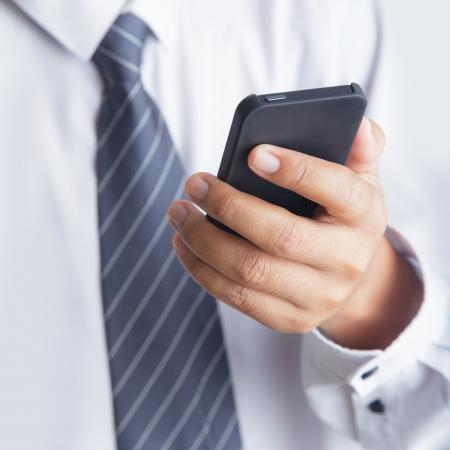 Cropped vue de l'homme utilisant un téléphone portable Banque d'images - 24389286