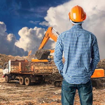青い天空の建設現場での建設労働者