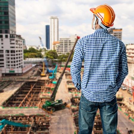 Travailleur de la construction au chantier de construction dans le ciel bleu Banque d'images - 25081640