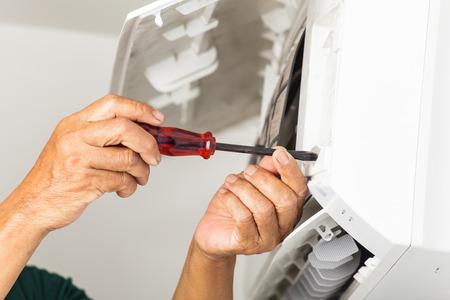 Hombre de reparación de aire acondicionado Foto de archivo - 30556078