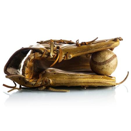 guante de beisbol: Guante de béisbol de la vendimia en el fondo blanco Foto de archivo