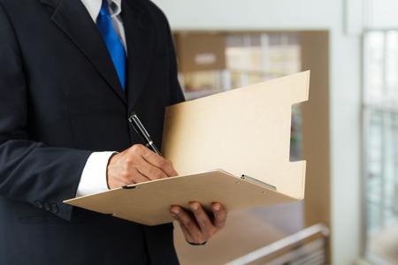 documentos legales: El hombre de negocios que trabajan con documentos inscribirse contrato en la oficina
