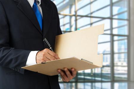 documentos: El hombre de negocios que trabajan con documentos inscribirse contrato en la oficina