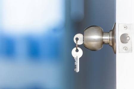 claves: Puerta abierta con claves, clave en ojo de la cerradura