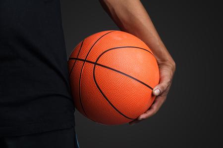 canestro basket: Basketball ball in mano Archivio Fotografico
