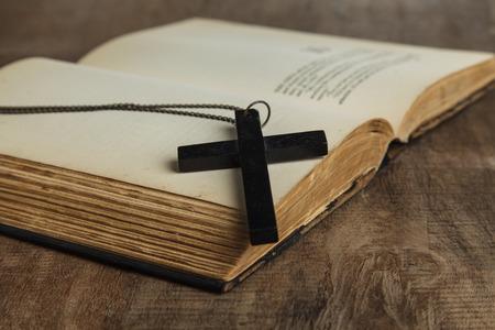古い本、聖書と木製のテーブルの上を渡る