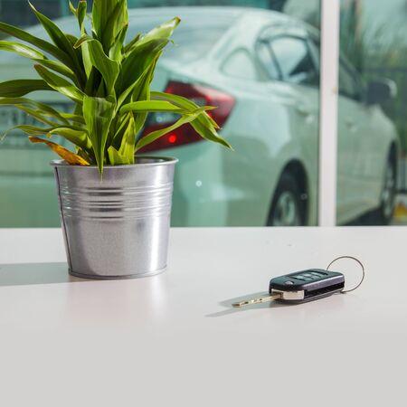llaves: Clave del coche en la mesa