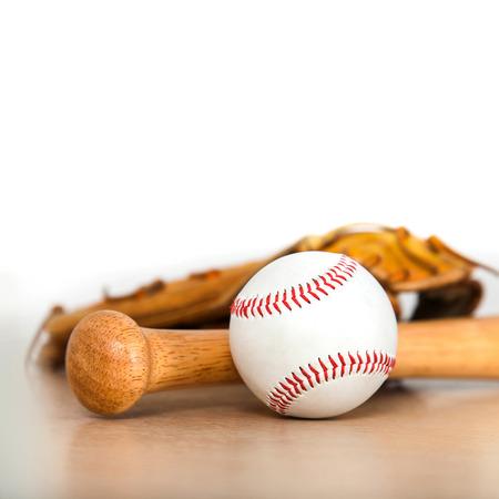 Honkbalknuppel met bal en honkbalhandschoen op hout achtergrond Stockfoto