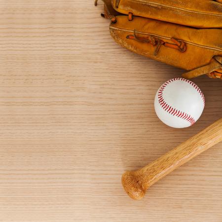 pelota beisbol: Bate de béisbol con pelota y guante de béisbol en el fondo de madera