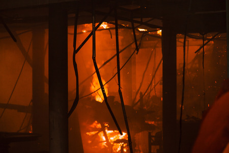 Hausfeuer mit schweren Flammen und Rauch Standard-Bild - 42743145