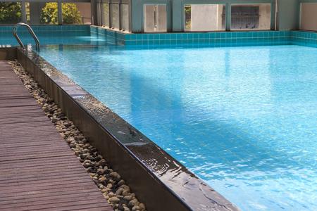 nadando: Piscina, Azul arranc� agua en la piscina