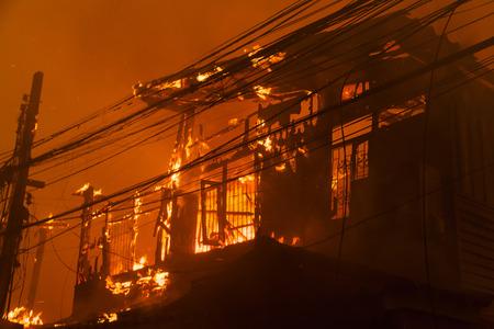resplandor: Fuego de la casa con la llama y el humo pesado
