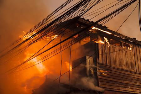 incendio casa: Fuego de la casa con la llama y el humo pesado