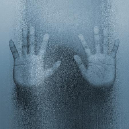 ガラスの後ろに男性の影